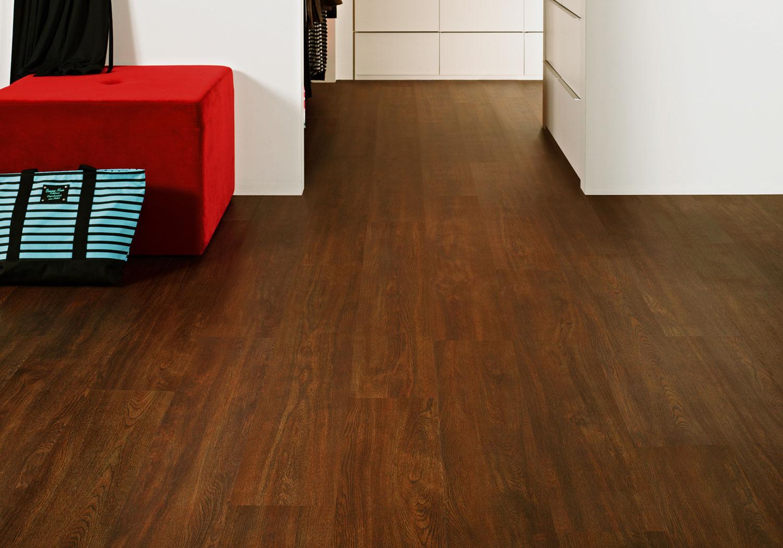Fitting vinyl floor tiles